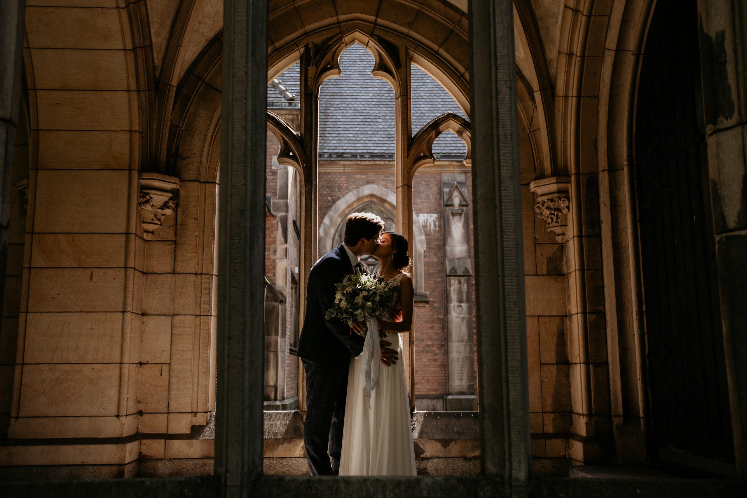 Całująca się para w elektrociepłowni - Sesje ślubne i narzeczeńskie