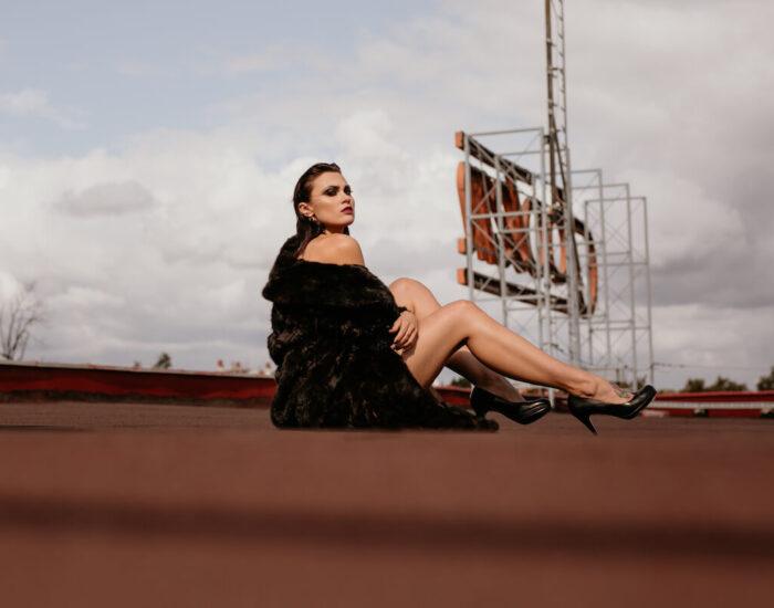 Kobieca sesja zdjęciowa na dachu